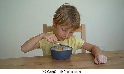garçon, peu, coup, smoothie, amande, bol, dragon, mangue, graines, raisin sec, fruit, tranches, granola, manger, chia, banane, superslowmotion