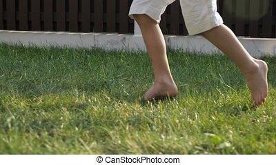 garçon, peu, courses, jeûne, pieds, nu, sale, herbe verte
