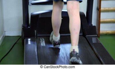 garçon, peu, courses, visible, seulement, jambes, tapis roulant