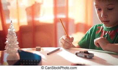 garçon, peu, crayons colorés, 2, dessin