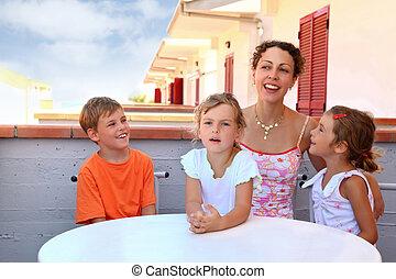 garçon, peu, day-time, centre, merrily, asseoir, filles, deux, foyer, mère, table, girl, balcon, parler