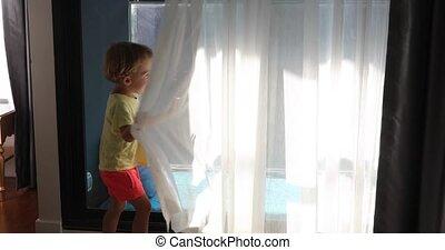 garçon, peu, derrière, salle, rideaux