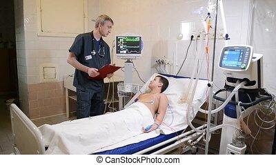 garçon, peu, docteur, lit hôpital, écriture, quoique, presse-papiers, écoute, sourire, mâle, mensonge