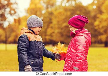 garçon, peu, donner, feuilles, automne, girl, érable