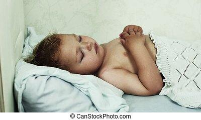 garçon, peu, dummy., sofa., jeu, lit, dormir, autre, dorlotez fille, côté