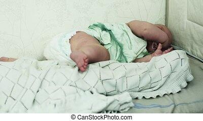 garçon, peu, dummy., sofa., lit, dormir, autre, bébé pleurant, girl, côté