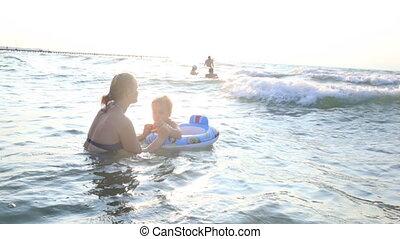 garçon, peu, elle, mer, mère, natation