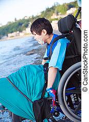 garçon, peu, fauteuil roulant, eau, handicapé, plage, bas
