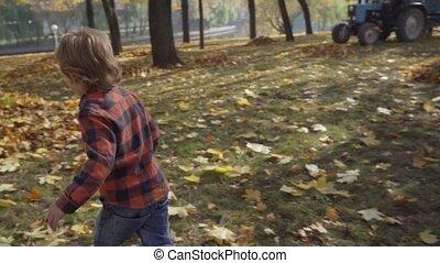 garçon, peu, feuilles, automne, courant, baissé