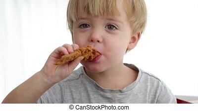 garçon, peu, frit, manger, poulet