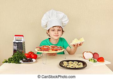 garçon, peu, fromage, chefs, râpé, chapeau, pizza