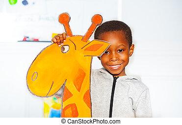 garçon, peu, girafe, noir, portrait, sourire