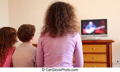 garçon, peu, gosses, asseoir, tv, montre, mère, girl