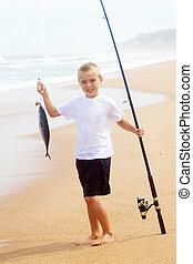 garçon, peu, grand poisson, attraper, plage, heureux