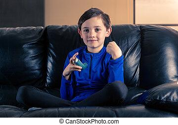 garçon, peu, inhalateur asthme
