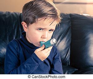 garçon, peu, inhalateur asthme, portrait