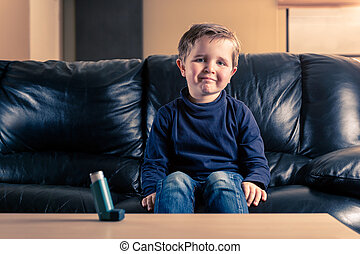 garçon, peu, inhalateur asthme, sofa