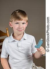 garçon, peu, inhalateur asthme, tenue
