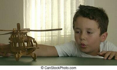 garçon, peu, jouer, hélicoptère