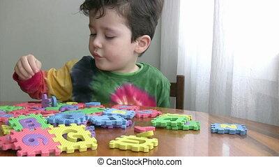 garçon, peu, jouet, jouer, pédagogique