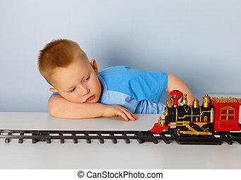 garçon, peu, jouet, locomotive, jouer