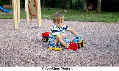 garçon, peu, jouet, métrage, parc, plastique, 4k, chargeur, jouer, caravane