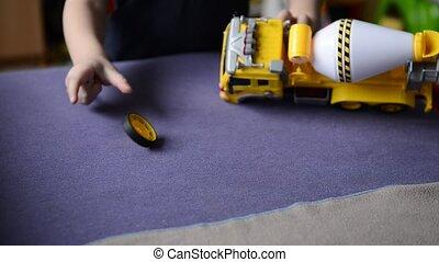 garçon, peu, jouet, salle, voiture, enfants, jouer