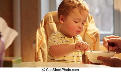 garçon, peu, lapse., mange, temps, porridge.