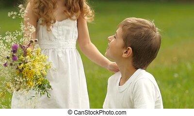 garçon, peu, lent, bouquet, mouvement, girl., fleurs sauvages, donne