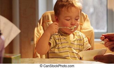 garçon, peu, mange, porridge.