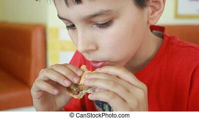 garçon, peu, manger, caucasien, hamburger