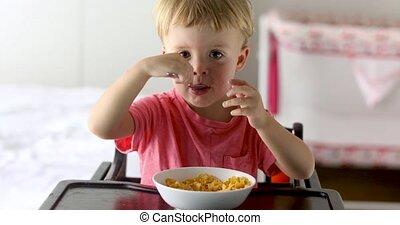garçon, peu, manger petit déjeuner, cornflakes