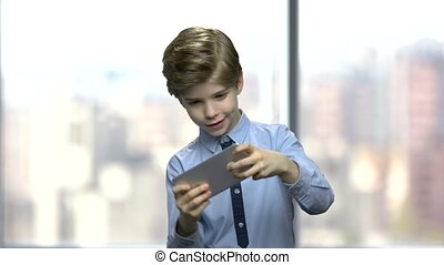 garçon, peu, mobile, jeu, téléphone., ligne, jouer