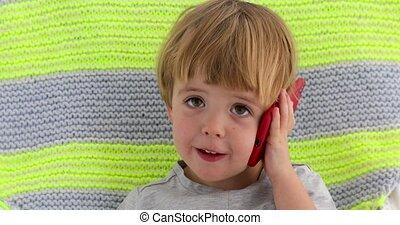 garçon, peu, mobile, main, téléphone, enfant avoirs, sourire