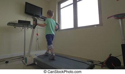 garçon, peu, monde médical, promenades, nea, clinique, lentement, kallikratia, tapis roulant, grèce