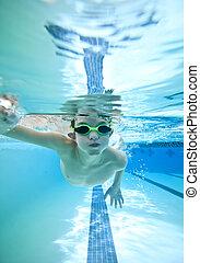 garçon, peu, natation sous-marine