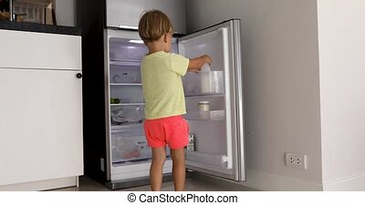 garçon, peu, obtenir, frigidaire, lait, ouvre