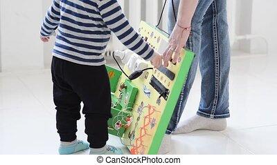 garçon, peu, occupé, planche, bébé, jouer, attentivement