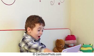 garçon, peu, ordinateur portable, regarder