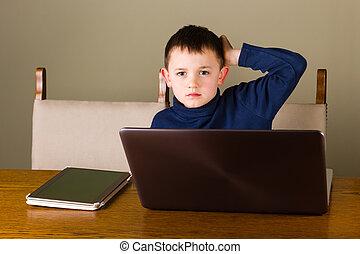 garçon, peu, ordinateur portable, tablette, fonctionnement