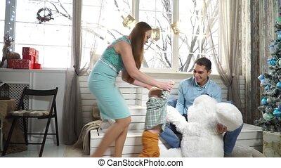 garçon, peu, ours peluche, courant, étreindre, maman