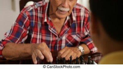 garçon, peu, panneau jeu, homme aîné, jouant échecs