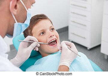 garçon, peu, patient, bureau, séance, bureau., dentaire, docteur, examiner, dentiste, quoique, dents, chaise, vue dessus