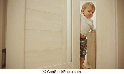 garçon, peu, peau, ferme, room., pyjamas, door., quoique, close-up., maison, porte, chercher, jouer, ouvre