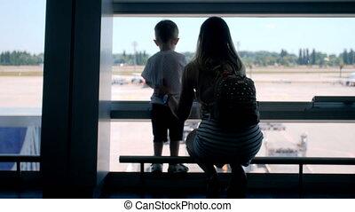 garçon, peu, piste, avions, jeune, terminal, aéroport, vidéo, 4k, lookin, mère, international, enfantqui commence à marcher