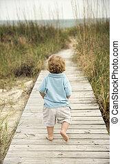 garçon, peu, plage, walkway.
