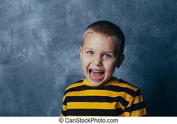 garçon, peu, portrait, crier, wall., béton, gray-blue, enfant, devant, bouche, poses, ouvert