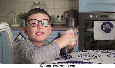 garçon, peu, projection, haut, pouces, buvant lait