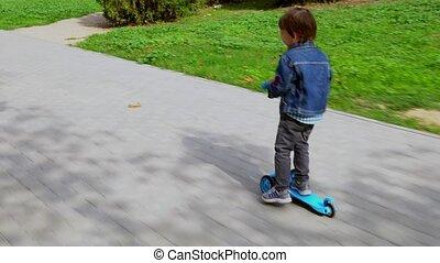 garçon, peu, promenades, scooter