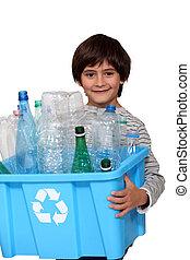 garçon, peu, recyclage, bouteilles, plastique
